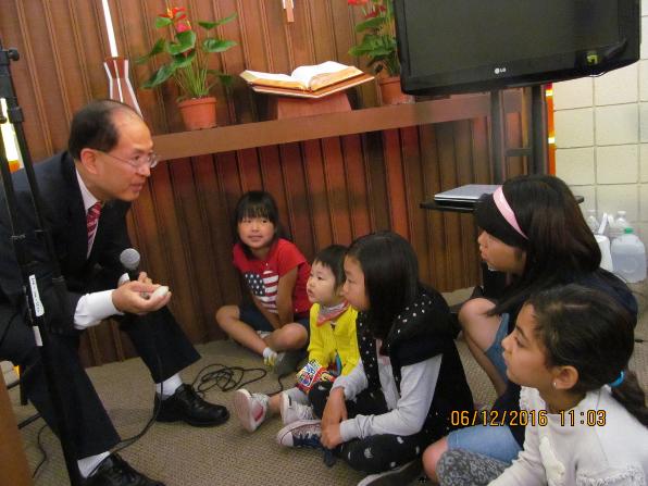 어린이 설교를 하는 권오균 목사