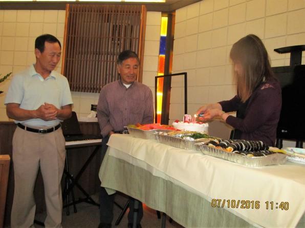 두 집사님 생일 케이크에 촛불 붙이시는 이은경 집사님
