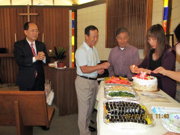 장무권 집사님과 이원욱 집사님 생일 케이크에 촛불 붙이시는 이은경 집사님