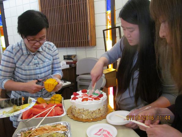 생일 케이크를 잘라 주시는 크리스틴 선생님