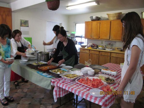 글렌데일 장로교회에서 5월의 화목한 친교 식탁을 섬기는 손길들.